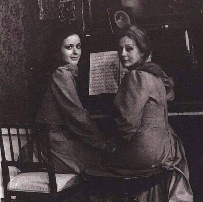 (1973) Κάτια Δανδουλάκη και Έλλη Λαμπέτη στα παρασκήνια του θεατρικού έργου «Μικρές Αλεπούδες» στο θέατρο Διάνα.