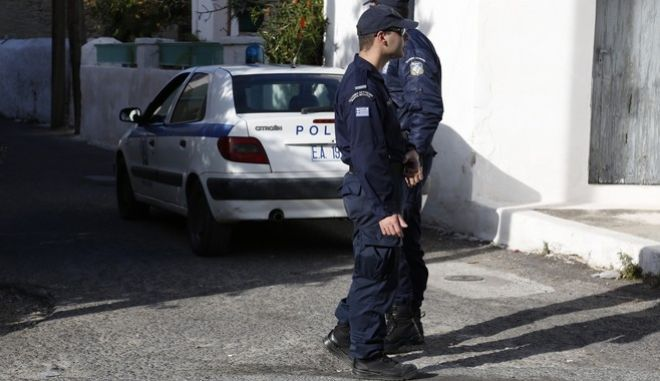 Περιπολικό και αστυνομικοί σε δρόμο των Αγίων Ασωμάτων στην Αίγινα όπου βρέθηκαν νεκρά και με εγκαύματα βρέθηκαν μια 77χρονη και 44χρονος ανηψιός της σε ισόγεια κατοικία, όπου είχε εκδηλωθεί μικρής έκτασης φωτιά. Το σπίτι έφερε ίχνη αναστάτωσης και η Αστυνομία εξετάζει όλα τα ενδεχόμενα, ακόμα και αυτό της εγκληματικής ενέργειας.  (EUROKINISSI/ΣΤΕΛΙΟΣ ΜΙΣΙΝΑΣ)