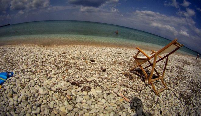 Καλοκαίρι στην παραλία Αχαράβης στην Κέρκυρα