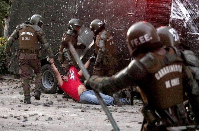 Διαδηλωτής σέρνεται από αστυνομικούς σε πρόσφατη διαδήλωση στη Χιλή