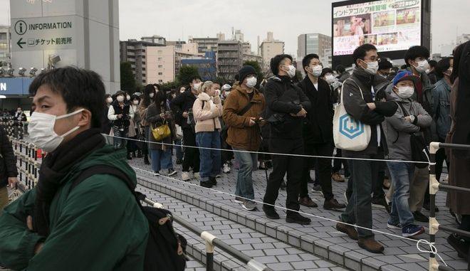 Οι φίλοι Ιαπωνικής ομάδας περιμένουν στη σειρά
