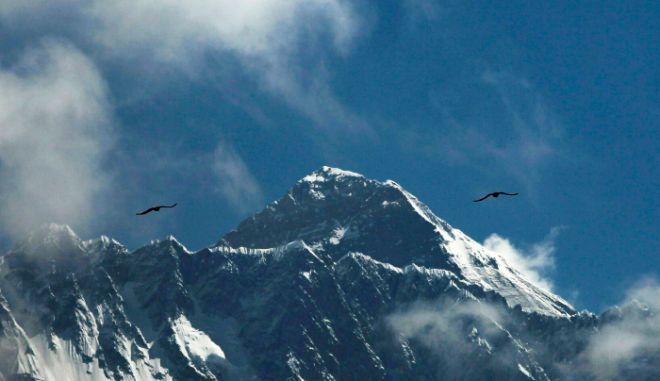 Έβερεστ: Πετάχθηκαν 2,2 τόνοι σκουπίδια - Αγνώριστο το βουνό