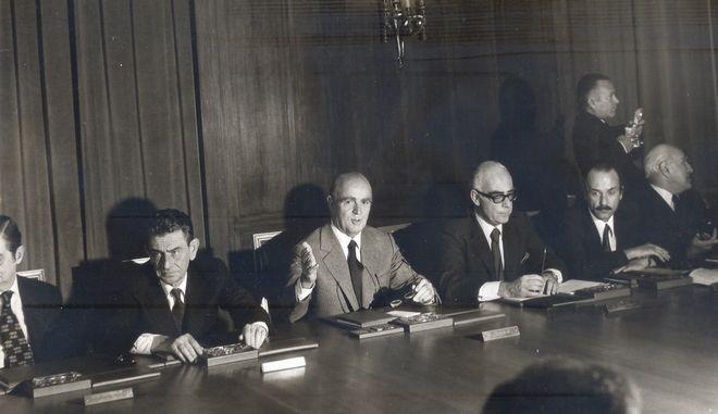 Ο Κωνσταντίνος Καραμανλής προεδρεύει συνεδρίασης του υπουργικού συμβουλίου το 1974