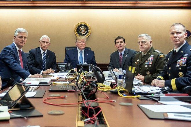 Ο πρόεδρος των ΗΠΑ Ντόναλντ Τραμπ, ο αντιπρόεδρος Μάικ Πενς και άλλοι υψηλόβαθμοι αξιωματούχοι παρακολουθούν την επιχείρηση στη Συρία για τον αρχηγό του Ισλαμικού Κράτους Μπαγκντάντι