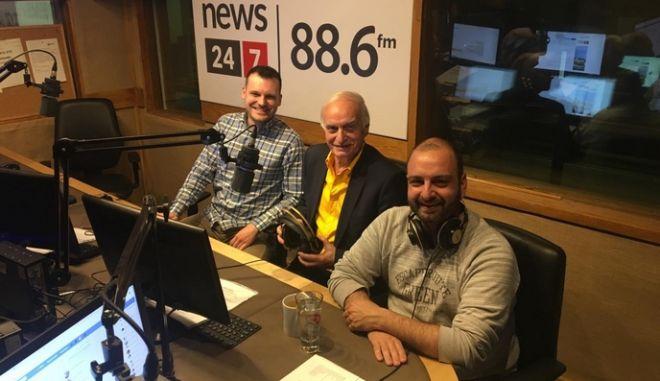 Ο Μανώλης Μαυρομμάτης στο στούντιο με τον Βασίλη Σφήνα και τον Νίκο Γιαννόπουλο