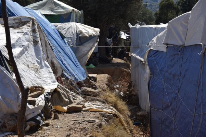 Οι δύο πλευρές του προσφυγικού: Το δράμα των στοιβαγμένων και η ελπίδα των παιδιών