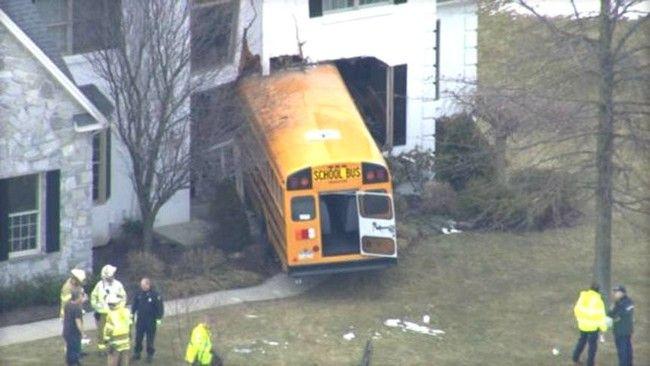 Κι όμως συμβαίνουν και αυτά! Σχολικό λεωφορείο στο σαλόνι σου