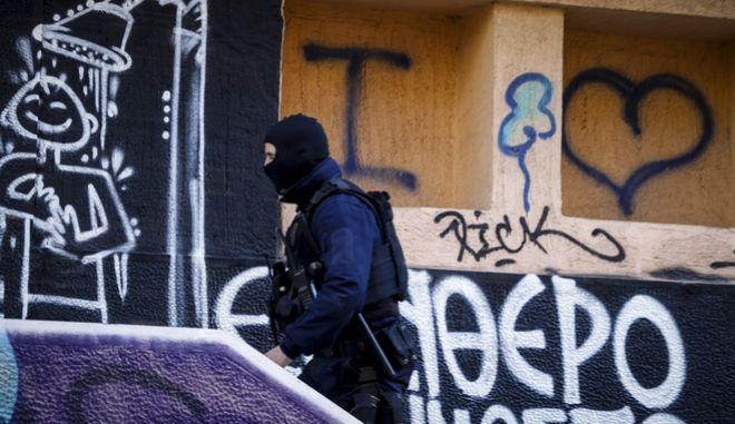 Αστυνομική επιχείρηση το πρωί της Κυριακής 26 Νοεμβρίου 2017, στην κατάληψη GARE, στην οδό Καλλιδρομίου στα Εξάρχεια. Στην επιχείρηση μετέχουν στελέχη της κρατικής ασφάλειας, ΜΑΤ, ομάδες ΔΙΑΣ και ΟΠΚΕ, που απέκλεισαν τον χώρο. (EUROKINISSI/ΓΙΩΡΓΟΣ ΚΟΝΤΑΡΙΝΗΣ)