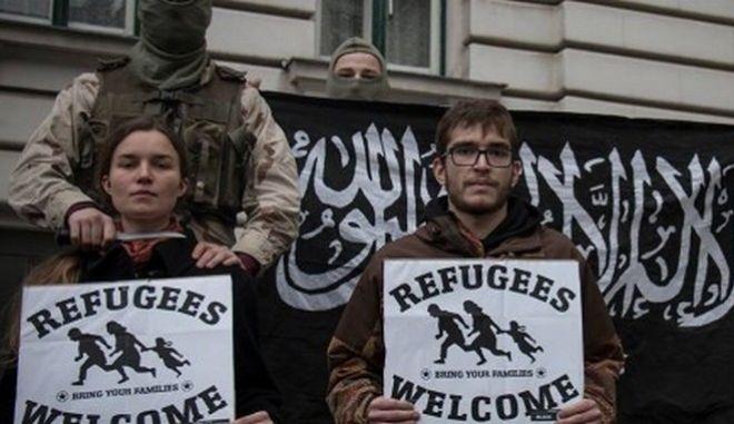 Ακροδεξιά ομάδα οργάνωσε εικονικό αποκεφαλισμό προσώπων με πλακάτ που έγραφαν 'καλωσήλθατε πρόσφυγες'
