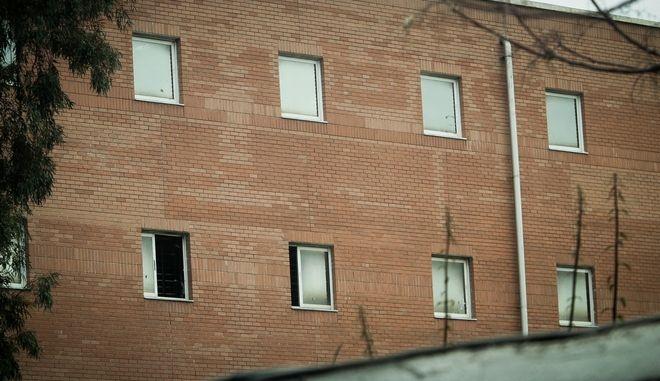 Ξημερώματα απέδρασαν 4 κρατούμενοι από το τμήμα μεταγωγών στην Πέτρου Ράλλη.