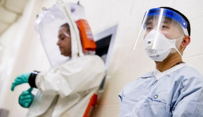 Covid-19: Οι επιστήμονες αναρωτιούνται γιατί ο ιός πλήττει περισσότερο άνδρες και υπέρβαρους. (AP Photo/Andrew Harnik)