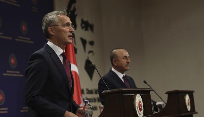 O γενικός γραμματέας του ΝΑΤΟ Γενς Στόλτενμπεργκ και ο Τούρκος υπουργός Εξωτερικών Μελβούτ Τσαβούσογλου