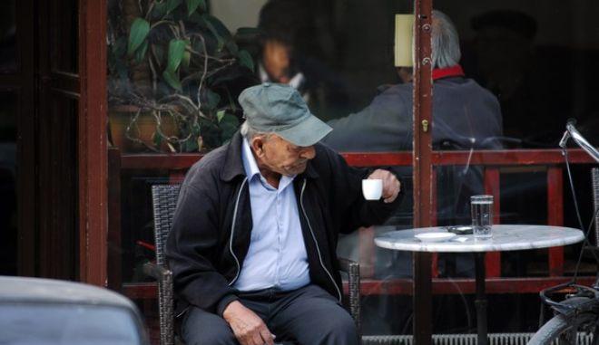 Ηλικιωμένος πίνει τον καφέ του το πρωΐ της Τετάρτης 30 Οκτωβρίου σε καφενείο της πόλης των Τρικάλων  (EUROKINISSI/ΘΑΝΑΣΗΣ ΚΑΛΛΙΑΡΑΣ)