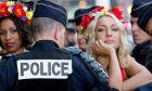 Βίντεο: Αστυνομικός έπεσε... κυνηγώντας γυμνόστηθες διαδηλώτριες