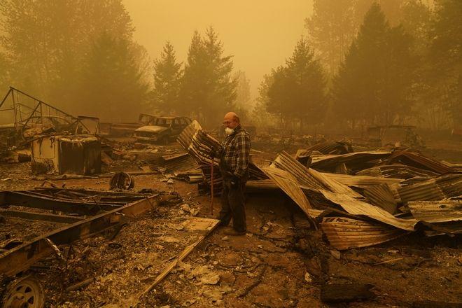 Ο Τζορτζ Κόμπλ περπατάει στα απομεινάρια του σπιτιού του που καταστράφηκε από την πυρκαγιά. Σάββατο, 12 Σεπτεμβρίου 2020, στο Oregon.