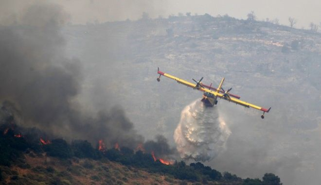 Καναντέρ επιχειρεί σε φωτιά στην Εύβοια