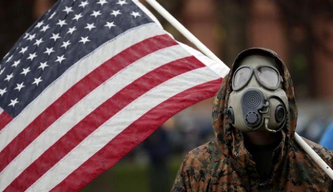 Αμερικανός διαδηλωτής κατά των μέτρων