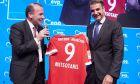 Φανέλα της Bayern με το 9 χάρισε στον Μητσοτάκη ο Βέμπερ