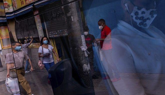 Ευρεία χρήση μάσκας σε δρόμους αστικού κέντρου.