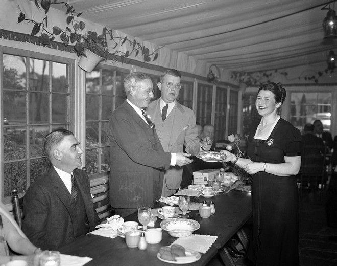 H Ruth Wakefield με τον κυβερνήτη Alf M. Landon του Kansas, στο εστιατόριο της, στις 19/5 του 1938. (AP Photo)