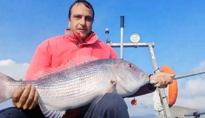 Λήμνος: Ερασιτέχνης ψαράς έπιασε με καλάμι συναγρίδα 10 κιλών