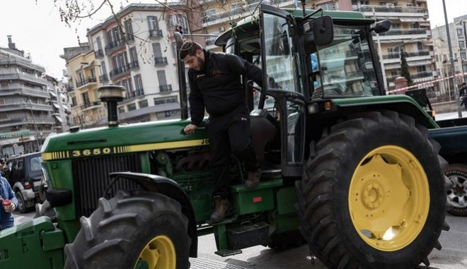 Farmers protest to the Ministry of Macedonia and Thrace, in Thessaloniki, Greece on February 6, 2017. A delegation of farmers deliver a letter with their demands to the Prime Minister`s Office. /        « »          , , 6  2017.             .