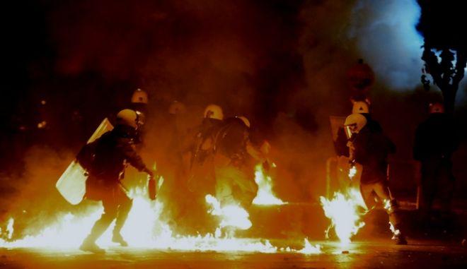 Πορεία από ομάδες αντιεξουσιαστών και οργανώσεις της εξωκοινωβουλευτικής αριστεράς για την επέτειο της δολοφονίας του Αλ. Γρηγορόπουλου την Κυριακή 6 Δεκμεβρίου 2015. Επεισόδια στα Εξάρχεια. (EUROKINISSI/ΤΑΤΙΑΝΑ ΜΠΟΛΑΡΗ)