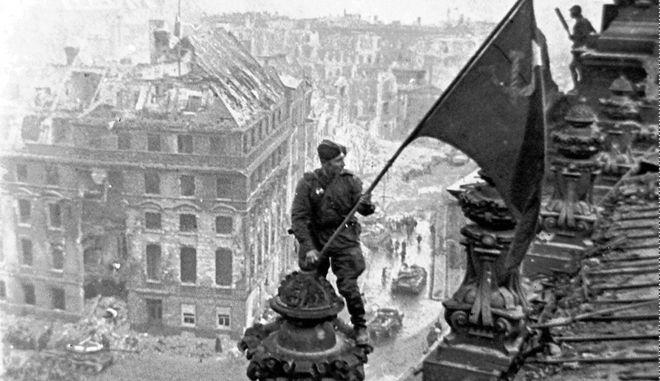 """H σημαία του """"κόκκινου στρατού"""" στο Reichstag"""