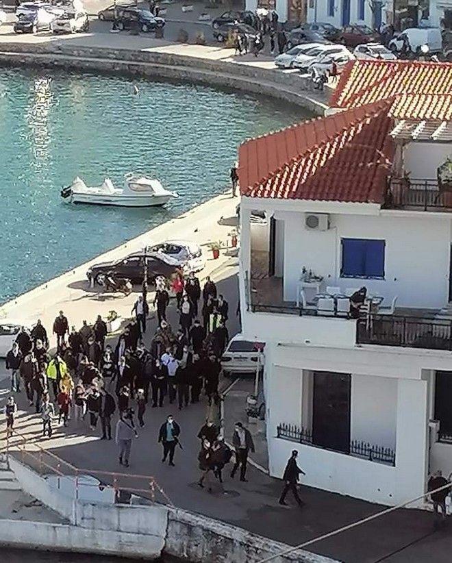 Αποκλειστικό βίντεο: Γλέντι σε σπίτι στην Ικαρία με πάνω από 50 άτομα, παρουσία Μητσοτάκη