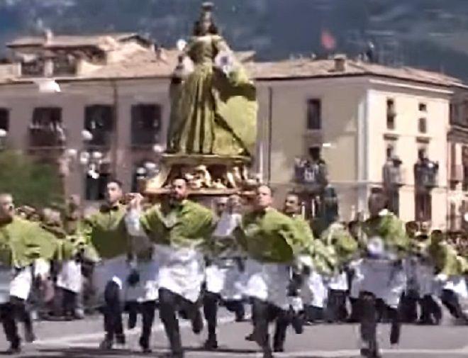 Πώς γιορτάζεται η Ανάσταση στο νησί του Πάσχα και άλλα 5 περίεργα έθιμα από όλο τον κόσμο