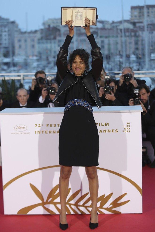 Η σκηνοθέτης Ματί Ντιόπ με το μεγάλο βραβείο του 72ου φεστιβάλ Καννών ανά χείρας