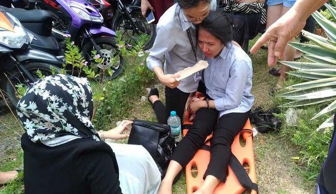 Γυναίκα δέχεται τις πρώτες βοήθειες μετά τον σεισμό