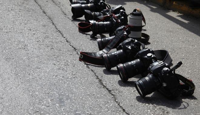 Φωτογραφικές μηχανές στην άσφαλτο έξω από το Υπουργείο Προστασίας του Πολίτη
