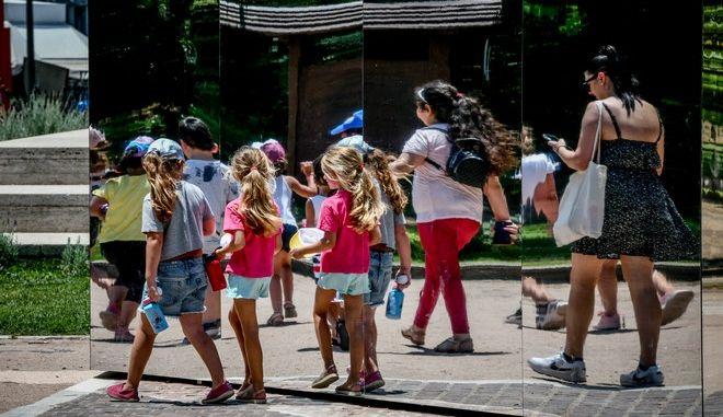 Παιδιά σε δρόμο της Αθήνας.