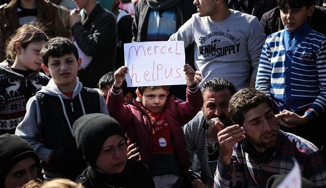 Refugees protest against the closing of the Greek - Macedonia borders, by blocking the rail tracks, on March 3, 2016. More than 9000 migrants and refugees are stranded near the Greek village of Idomeni in the Greek - FYR of Macedonia borders. /       .   9000        ,    - ,  3 , 2016