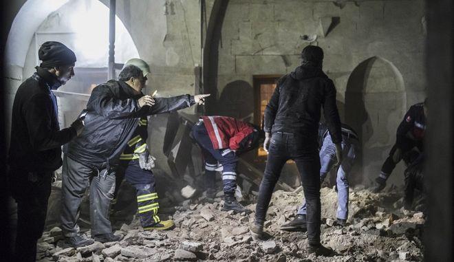 Σωστικά συνεργεία ψάχνουν για τραυματίες στα συσυντρίμμια τζαμιού στο Αφρίν, μετά από πυραυλικό πλήγμα