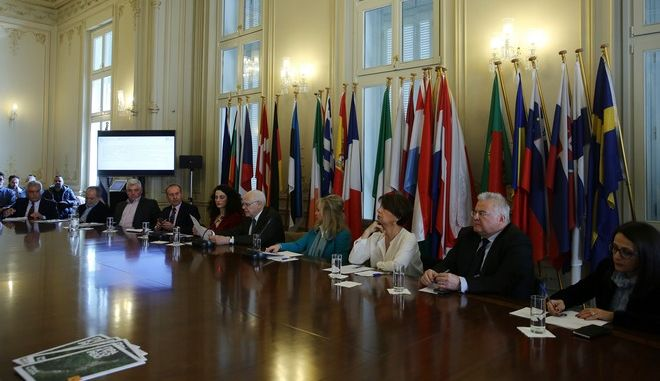 O επικεφαλής του γραφείου του Ευρωπαϊκού Κοινοβουλίου στην Ελλάδα Λεωνόδας Αντωνακόπουλος (4Α), με τον καθηγητή του ΕΚΠΑ Μιχάλη Μεϊμάρη (5Δ), την εκπρόσωπο του ΙΣΝ 'ννα Μαρία Κοσμόγλου (5Α), την εκπρόσωπο της ΕΤΕ Νέλλη Τζάκου Λαμπροπούλου (4Δ), την εκπρόσωπο του Ομίλου Μυτιληναίου Σόφη Δασκαλάκη Μυτιληναίου (3Δ), τον γενικό διευθυντή του ΑΠΕ-ΜΠΕ Μιχάλη Ψύλο (2Δ) την εκπρόσωπο της εταιρείας ΚΑΥΚΑΣ Μαρίκα Λάμπρου (Δ), τον πρόεδρο του ΖΕΝ Βασίλη Κατσούπα (3Α) και τον δήμαρχο Ζαγορίου Βασίλη Σπύρου (Α) μιλούν στην συνέντευξη τύπου για την ανακοίνωση του Sense Zagori Project στο γραφείο του Ευρωπαϊκού Κοινοβουλίου, Τετάρτη 29 Μαρτίου 2017. Πρόκειται για την ανακοίνωση του Sense Zagori Project, ενός σημαντικού καινοτόμου έργου που αξιοποιώντας καινοτόμες εφαρμογές και λύσεις στοχεύει στην τουριστική & πολιτιστική προβολή και ανάπτυξη του Ζαγορίου, αλλά και της ευρύτερης περιοχής.   Το έργο που έχει ενταχθεί στα best practises της UNESCO ως εφαρμοσμένη έρευνα, και σχεδιάστηκε από το Ερευνητικό Πανεπιστημιακό Ινστιτούτο Εφηρμοσμένης Επικοινωνίας (ΕΠΙΕΕ-URIAC) και το Εργαστήριο Νέων Τεχνολογιών για την Εκπαίδευση του Εθνικού & Καποδιστριακού Πανεπιστημίου Αθηνών. ΑΠΕ-ΜΠΕ/ΑΠΕ-ΜΠΕ/ΑΛΕΞΑΝΔΡΟΣ ΒΛΑΧΟΣ