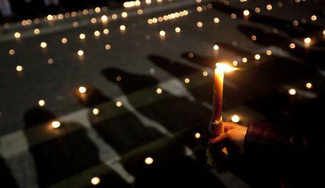 Εκδήλωση κατοίκων της Λάρισας στην μνήμη των αδικοχαμένων φοιτητών, στην κεντρρική πλατεία της πόλης την Κυριακή 3 Μαρτίου 2013.  (EUROKINISSI/ΚΩΣΤΑΣ ΜΑΝΤΖΙΑΡΗΣ)