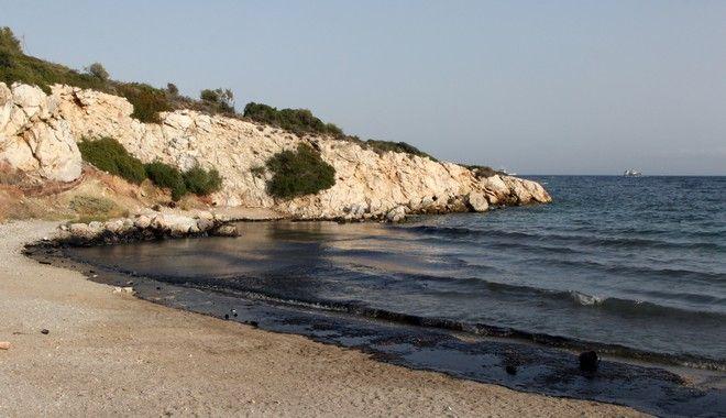 Ρύπανση από πετρελαιοειδή και πίσσα σε έκταση περίπου 1,5χλμ παρουσιάστηκε στην ακτή μεταξύ Κυνοσούρας και σεληνίων, μετά την βύθιση του δεξαμενόπλοιου