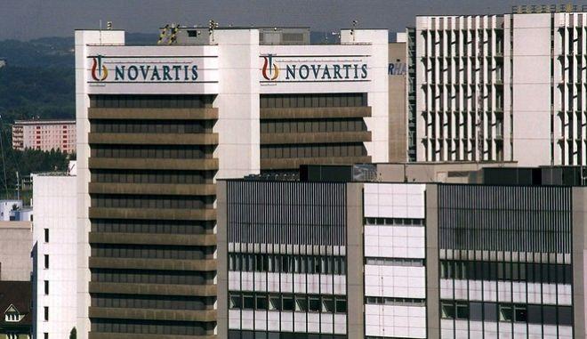 Das Novartis-Gebaeude in St. Johann Basel, aufgenommen am 4. August 1999. Der Basler Pharmakonzern Novartis uebernimmt von der BZ Gruppe Holding des Financiers Martin Ebner 20 Prozent der Inhaberaktien von Roche, wie am 7. Mai 2001 gemeldet wurde. Das Aktienpaket umfasst 32 Millionen Inhaberaktien der F.Hoffmann-La Roche, die Novartis zum Preis von 151 Franken pro Aktie gekauft hat. (AP Photo/KEYSTONE/Markus Stuecklin)