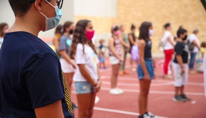 Μαθητές με μάσκες σε σχολείο