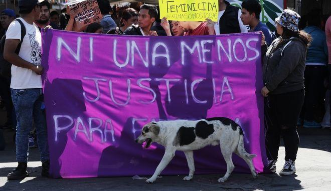 """Γυναίκες στο Μεξικό διαδήλωσαν κρατώντας πανό που γράφει """"Καμία λιγότερη"""""""