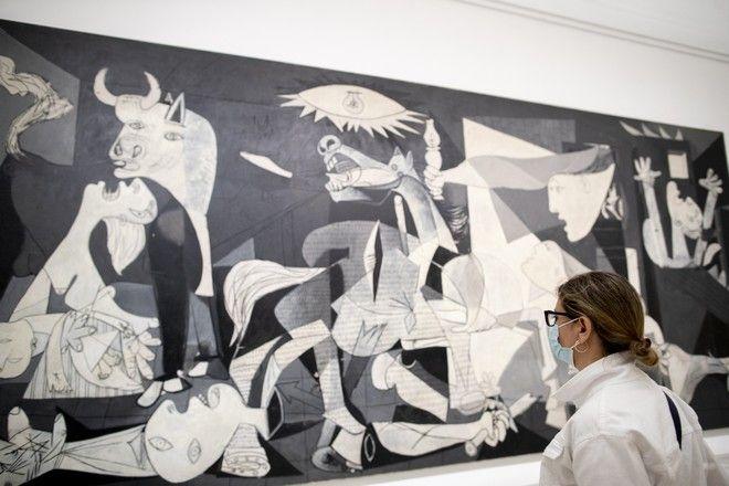 H 'Guernica' στο μουσείο Reina Sofia της Μαδρίτης, τον Ιούνιο του 2020, όταν άνοιξε και πάλι στο κοινό -μετά το lockdown.