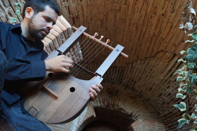 Οι Έλληνες που αναβίωσαν την αρχαία λύρα και παίζουν το τραγούδι του Game of Thrones
