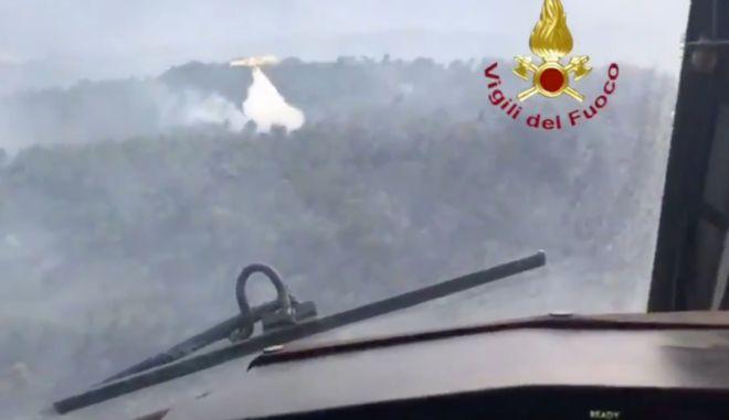 Φωτιά στην Εύβοια: Βίντεο της μάχης με τις φλόγες μέσα από ιταλικό καναντέρ