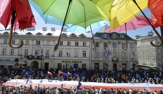"""Πολωνία: Χιλιάδες πολίτες στην """"Πορεία για την Ελευθερία"""""""