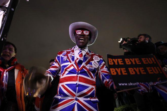 Κόσμος στην Parliament square στο Λονδίνο γιορτάζει το Brexit