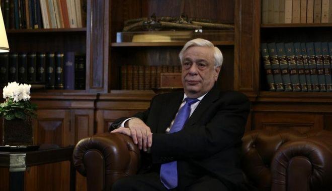Παυλόπουλος: Εξυμνεί τη Μέρκελ, δεν ξεχνά τις πολεμικές αποζημιώσεις
