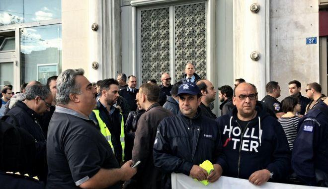 Παράσταση διαμαρτυρίας από ένστολους στην είσοδο του Γενικού Λογιστηρίου του Κράτους, την Τετάρτη 19 Οκτωβρίου 2016. Οι διαμαρτυρόμενοι απαιτούν την εφαρμογή των αποφάσεων του ΣτΕ για τα μισθολογικά και συνταξιοδοτικά τους δικαιώματα. (EUROKINISSI)