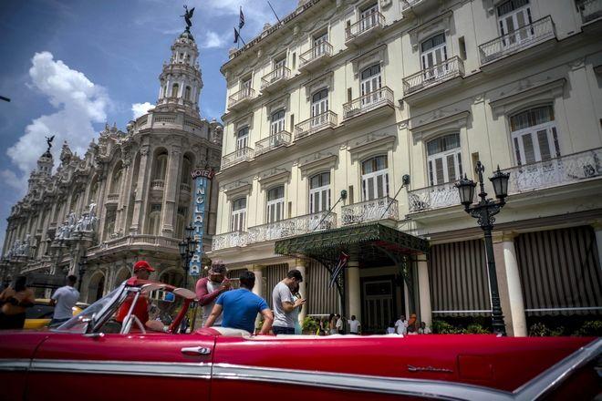 Ένα αμερικανικό αμάξι- αντίκα έξω από το ξενοδοχείο Inglaterra, στην Αβάνα, Κούβα